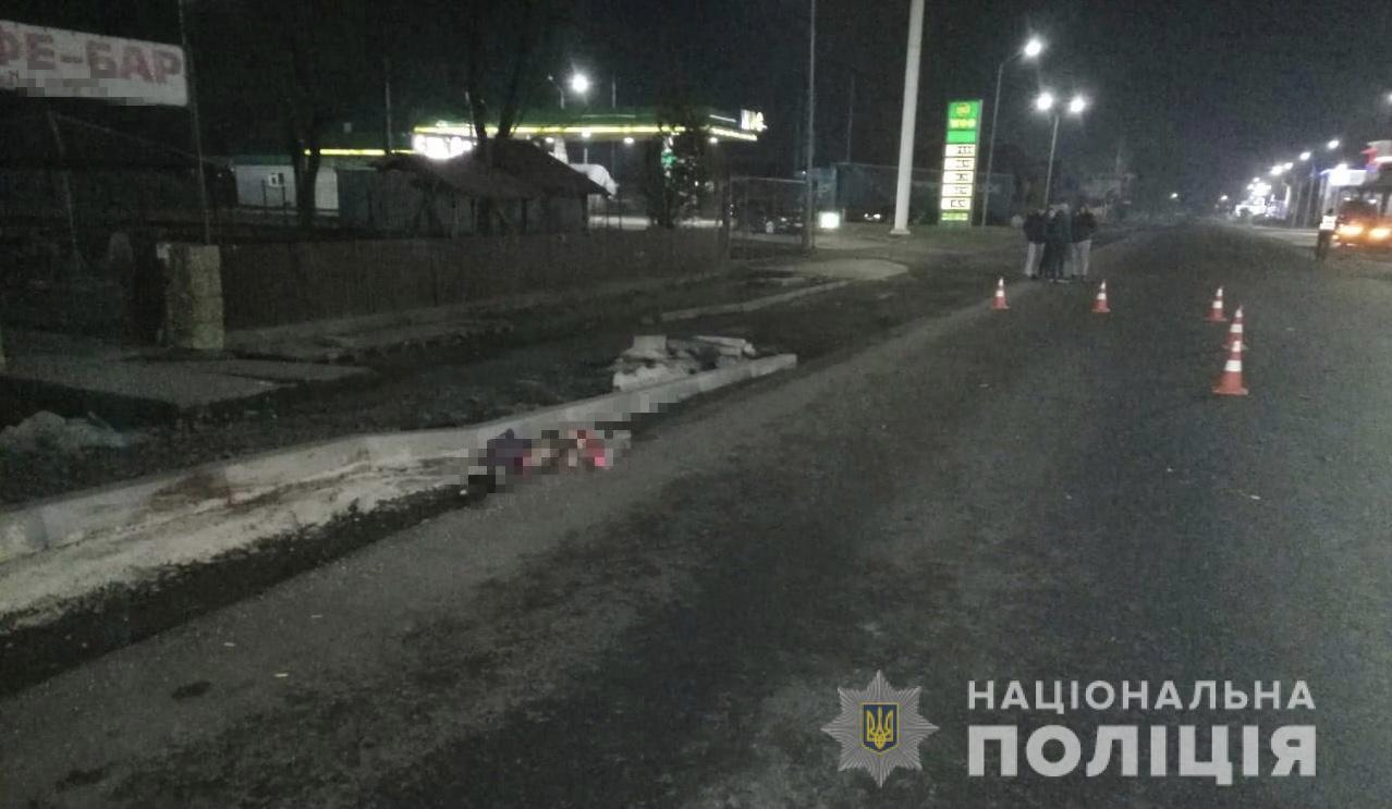 Під колесами авто на Тячівщині загинула жінка