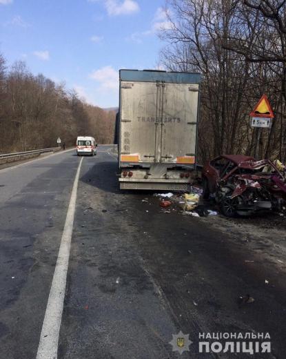 Смертельна ДТП на Мукачівщині: легковик врізався у вантажівку