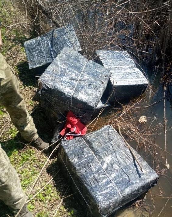 Закарпатські прикордонники завадили контрабандистам переправити до Угорщини 15 ящиків цигарок