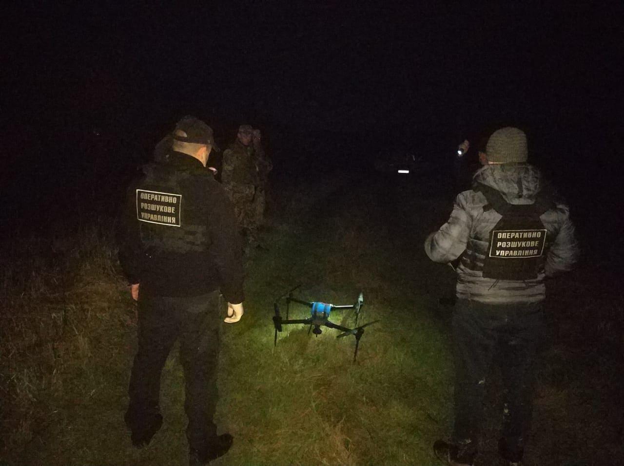 Вночі закарпатські прикордонники затримали контрабандистів, що намагалися переправити сигарети дроном