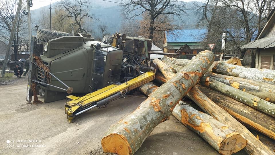 У Міжгір'ї перекинувся лісовоз, завантажений деревиною (ФОТОФАКТ)