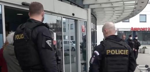 Співробітники російських спецслужб разом з родинами вилетіли з Праги (відео)