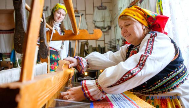 На Закарпатті у сільському музеї під час пандемії почали навчати ткацтва й виготовляти гуні (фото)