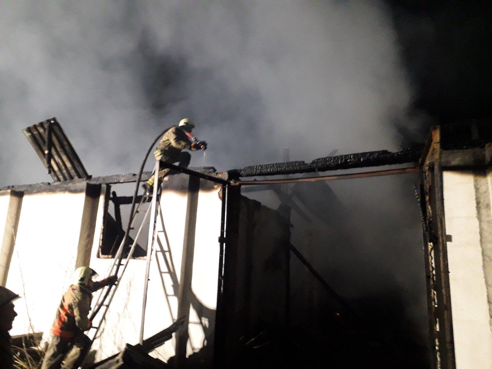 У Виноградові рятувальники чотири години боролися з вогнем у господарській споруді