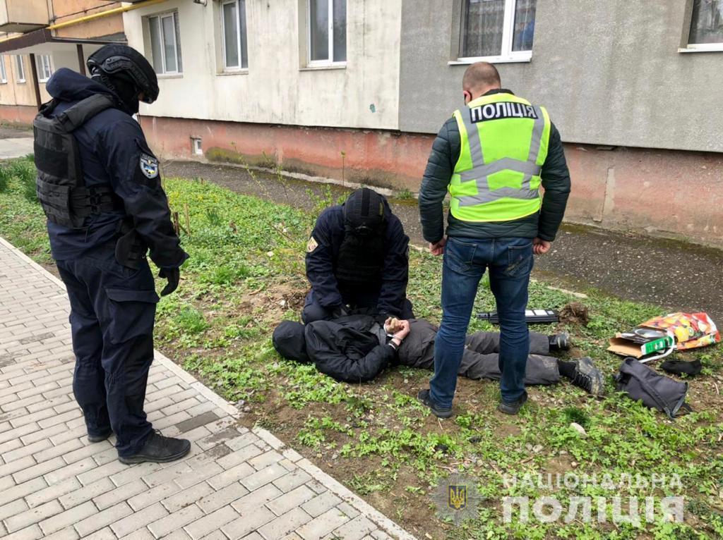Поліцейські Ужгородщини спіймали «на гарячому» торговця метамфетаміном