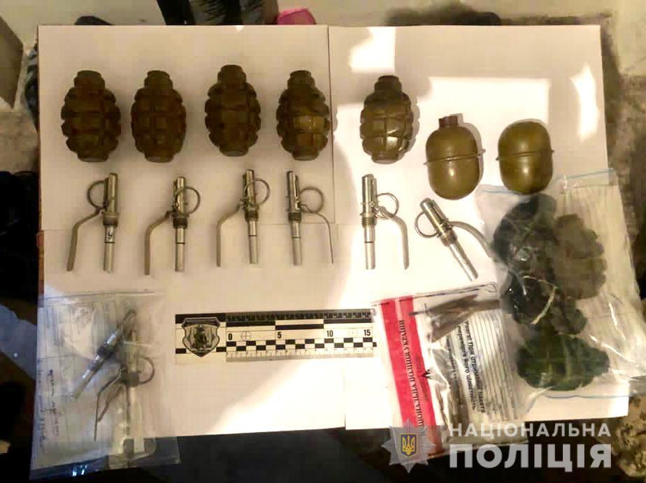 Закарпатські правоохоронці заблокували канал постачання зброї та боєприпасів