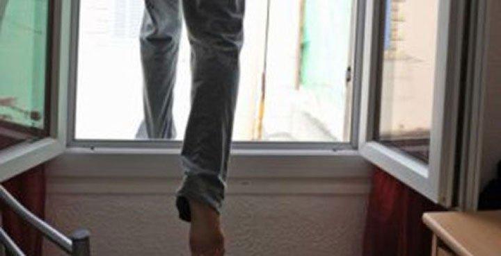 На Закарпатті чоловік випав з вікна багатоповерхівки