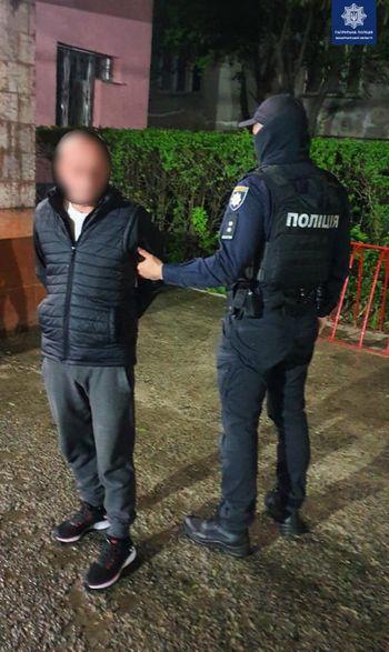 Двоє чоловіків в Ужгороді напали на перехожого і витягнули з його сумки 1000 євро