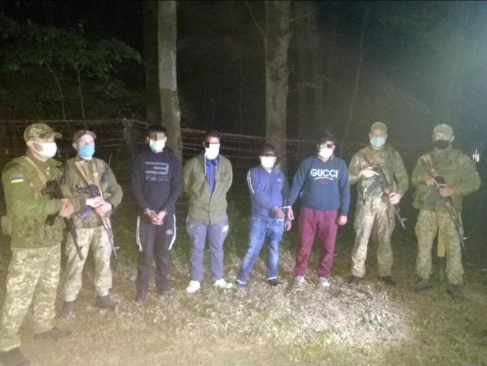 Прикордонники затримали в лісі на Ужгородщині чотирьох нелегалів, що намагалися потрапити у Словаччину