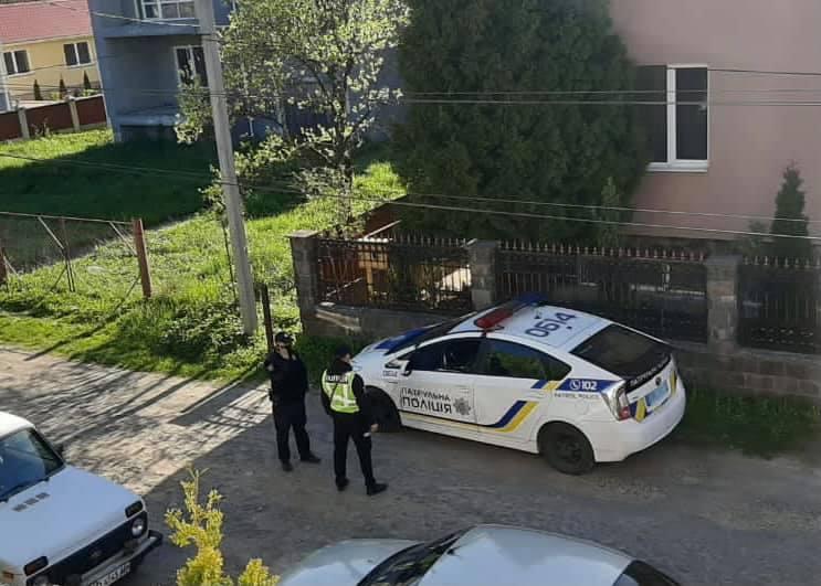 Поліція озброєна автоматичною зброєю контролює підходи до офісу Ужанського нацпарку (фото)