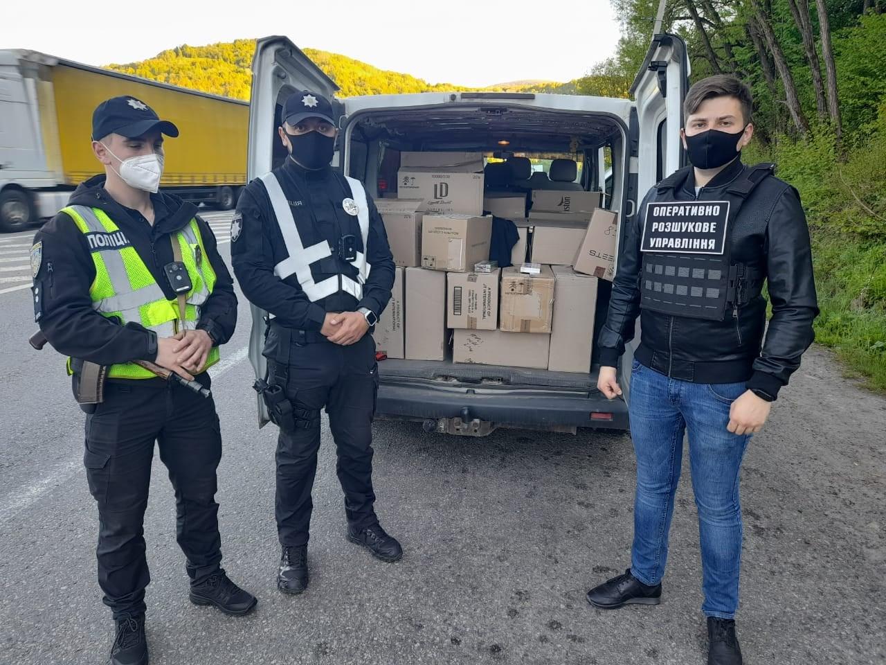 """Закарпатські правоохоронці зупинили мікроавтобус з 54 ящиками """"лівих"""" сигарет"""