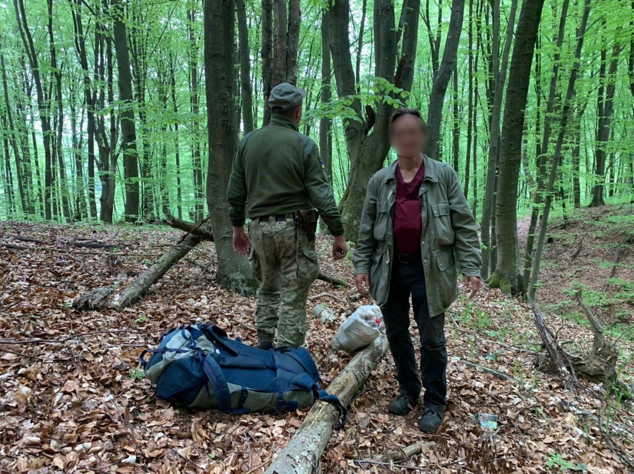 Поблизу кордону зі Словаччиною на Закарпатті затримали німця, який лісом пробирався в Україну