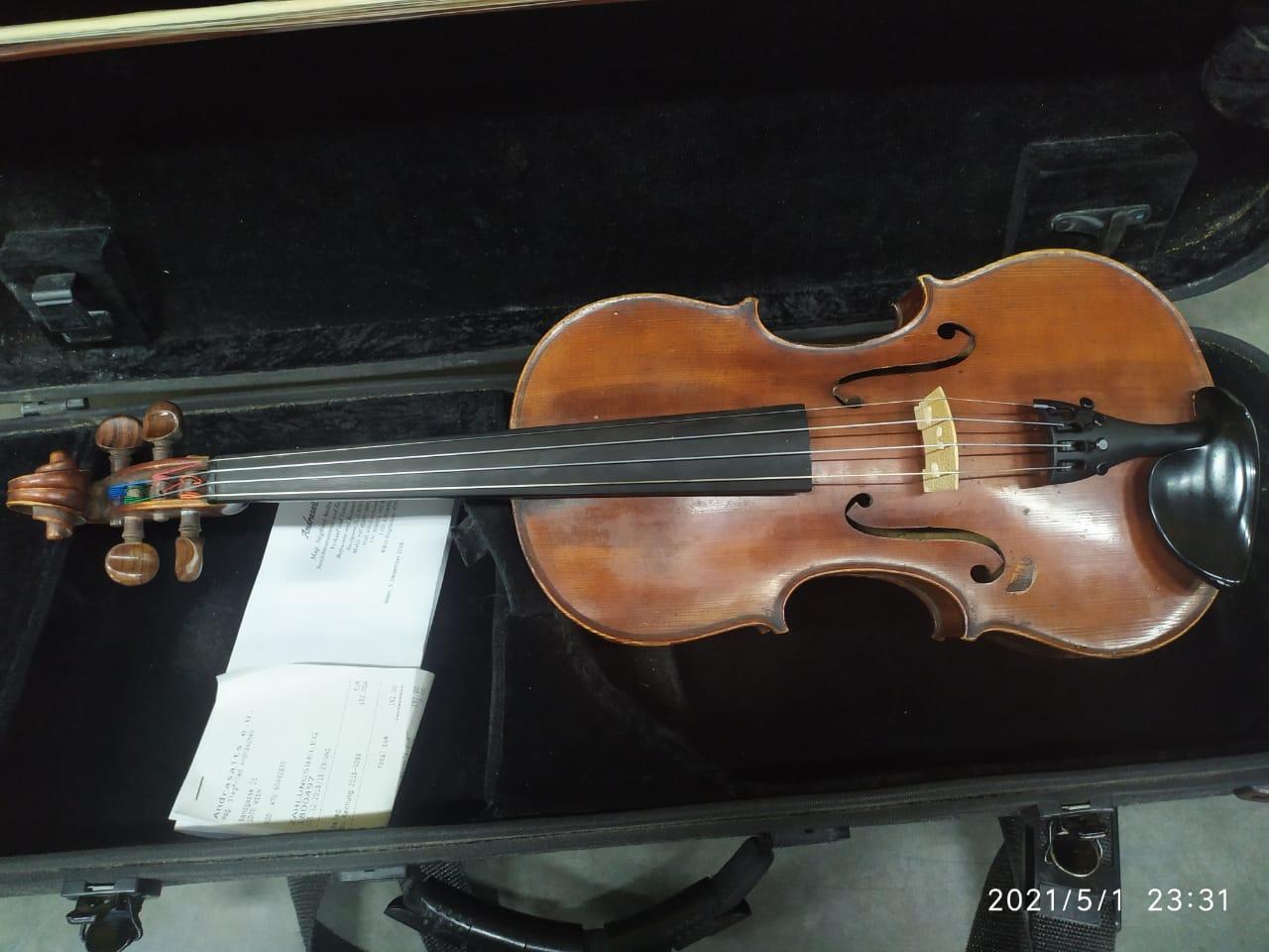 Закарпатські митники вилучили в австрійця 120-річну скрипку