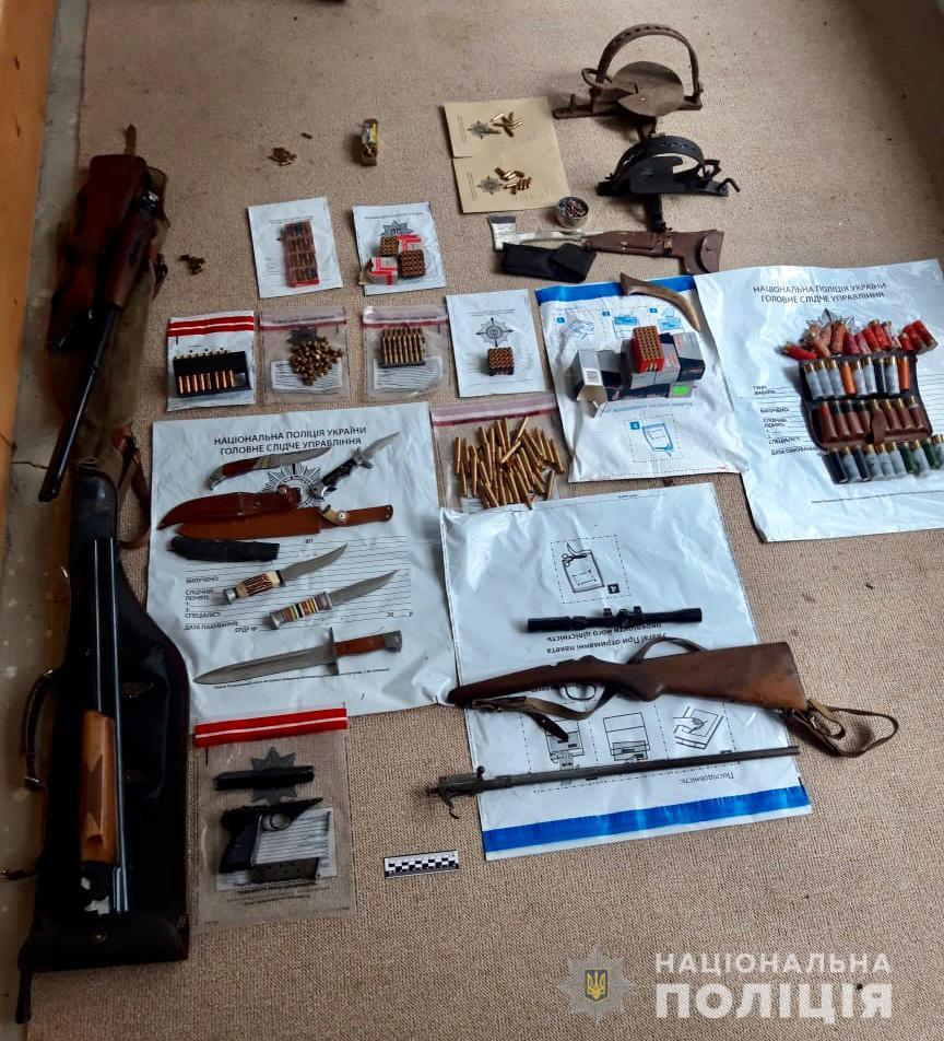 На Рахівщині за місцем проживання двох фігурантів злочину поліція виявила цілий арсенал зброї