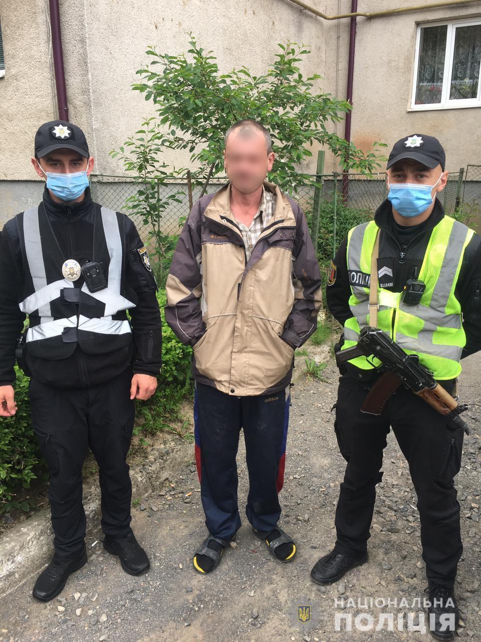 На Мукачівщині поліцейські врятували чоловіка під час пожежі в будинку