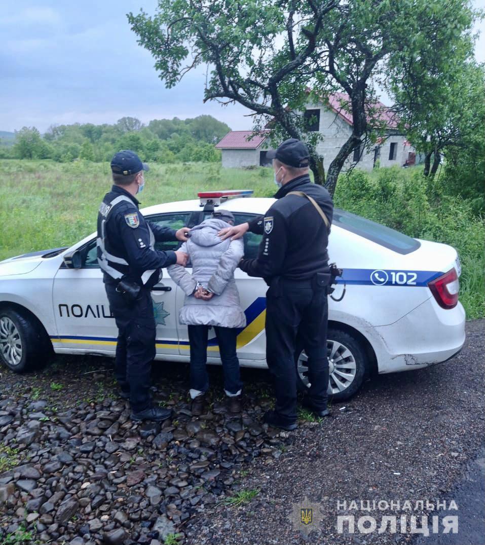 Рецидивістку, що торгувала зброєю, затримали поліцейські Ужгородщини