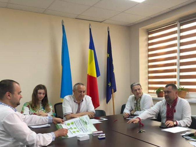 У кабінеті голови Солотвинської громади центральне місце займає прапор Румунії  (фото)