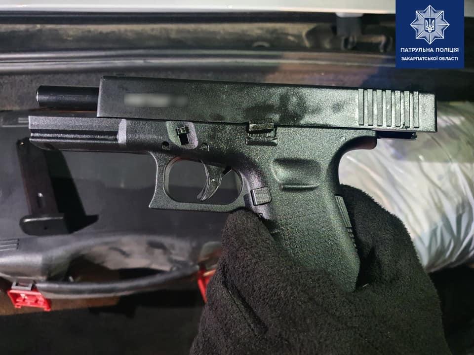 У водія BMW, якого зупинили ужгородські патрульні, знайшли пістолет