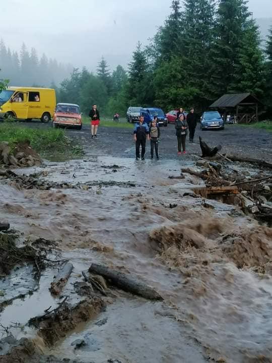 Злива пошкодила лісову дорогу на Рахівщині і заблокувала туристів