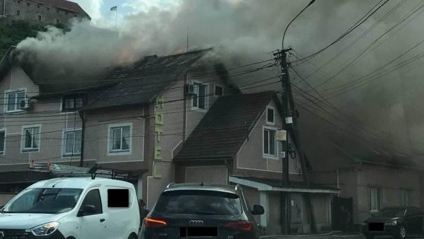"Поблизу замку ""Паланок"" в Мукачеві горить мотель (ФОТО, ВІДЕО)"