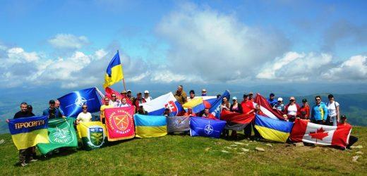 Військові ЗСУ та НАТО підкорили карпатську вершину Петрос (фото)