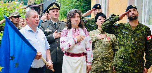 """На Закарпатті учасники міжнародного заходу «Союзницька міць"""" відкрили знак співдружності Україна − ЄС"""