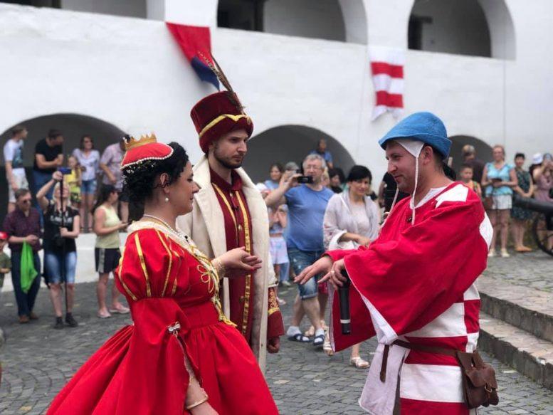 """Весілля Ілони Зріні в Мукачівському замку """"Паланок"""" пройшло під лицарські бої (відео)"""