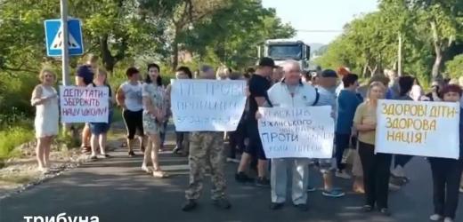 На Закарпатті перекрили дорогу через ліквідацію облрадою Великоберезнянської  санаторної школи-інтернату (відео)