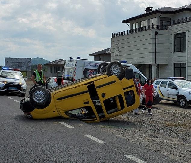 В Хусті авто перекинулось на дах (фото)