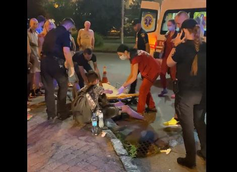 """В Ужгороді двоє підлітків на самокаті потрапили під колеса авто – обох забрала """"швидка"""" (ВІДЕО)"""