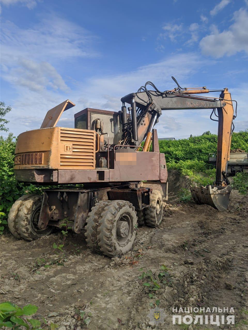 Правоохоронці припинили незаконний видобуток ґрунту на Мукачівщині