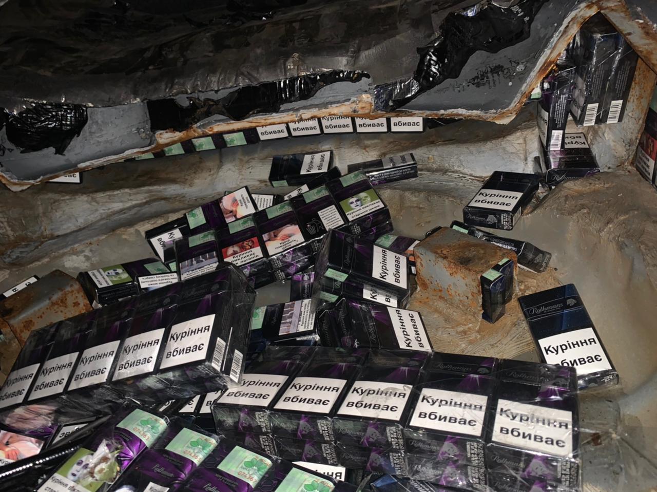 Ужгородець намагався провезти у двох тайниках в своєму авто чималу партію сигарет
