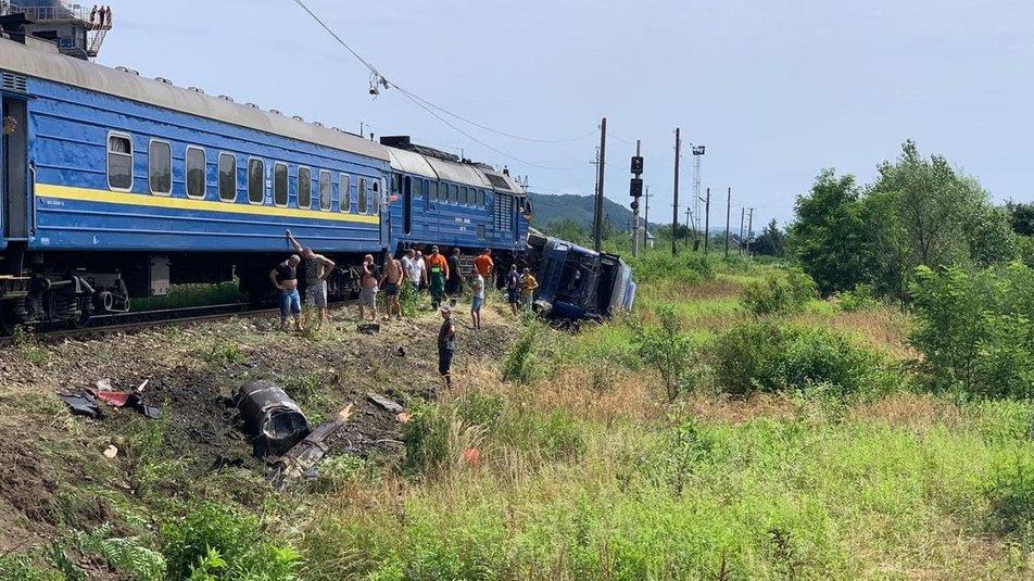 На Хустщині сталася ДТП за участі потяга і вантажівки – є травмовані