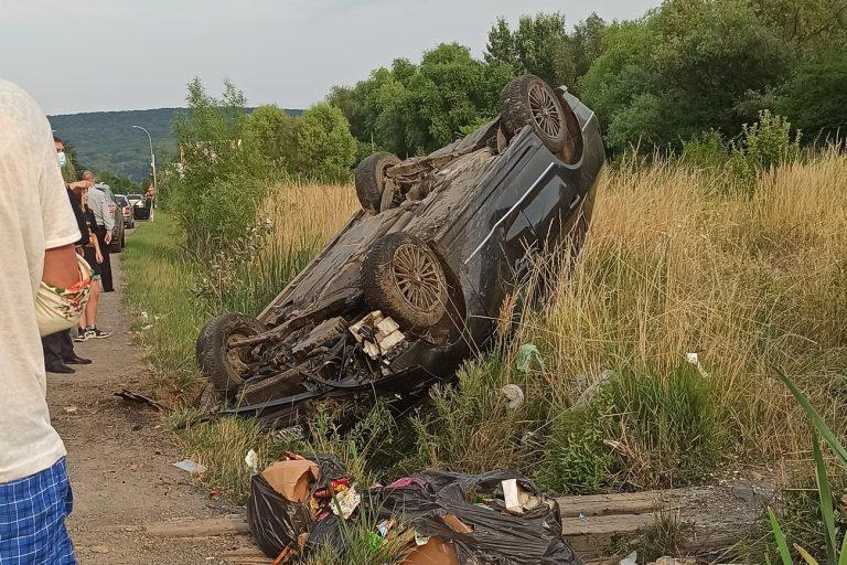 В Ужгороді на об'їзній дорозі перекинувся автомобіль, в якому перебували двоє дітей