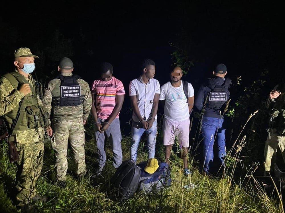 Уночі закарпатські прикордонники затримали групу нелегалів з Африки