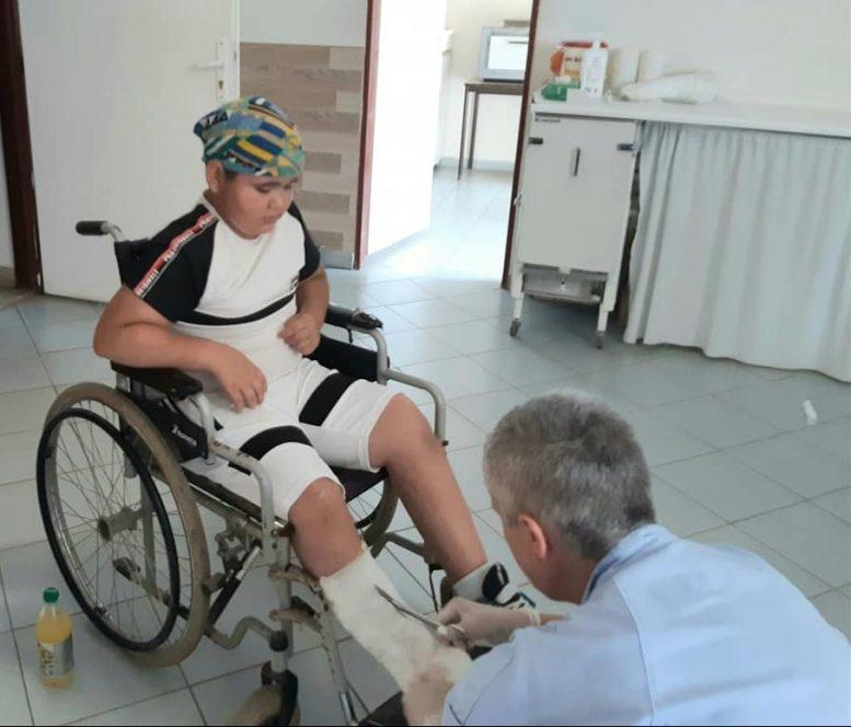 В Мукачеві дитина-інвалід випав з візка через ями на дорозі (фото)