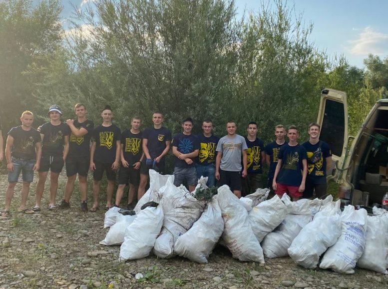 Волонтери Haцкopпyсy прибрали стихійне сміттєзвалище у Великому Березному (фото)