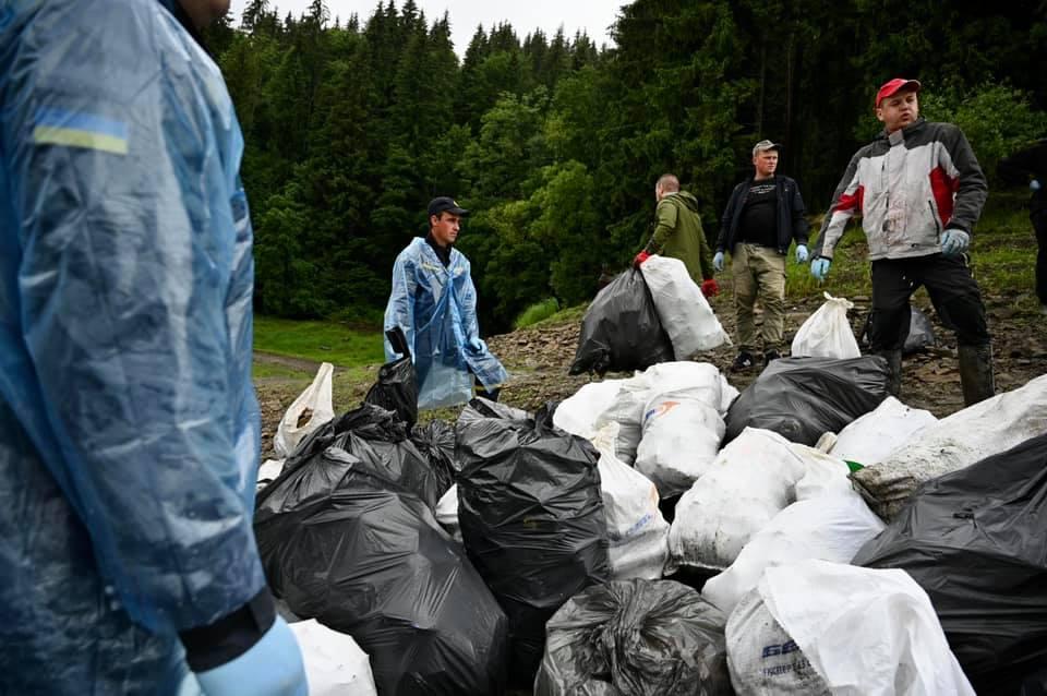 Керівники ОДА разом з небайдужими закарпатцями зібрали тони сміття на Вільшанському водосховищі
