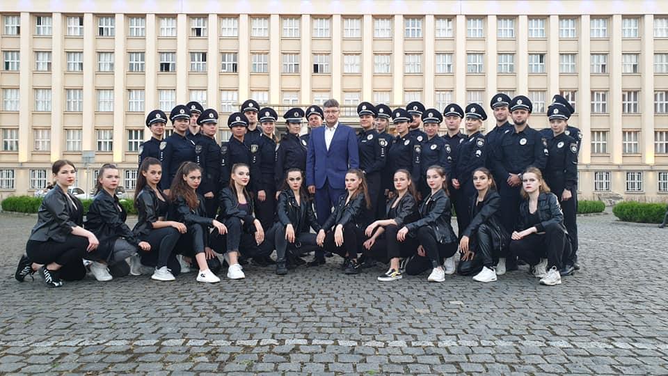 В Ужгороді креативно відзначили День Національної поліції (відео)