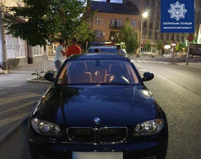 Ужгородські патрульні затримали жінку, яка намагалась нанести тілесні ушкодження поліцейському