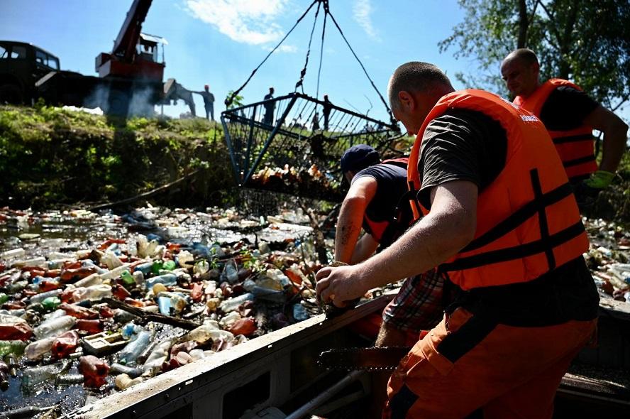 Закарпатські рятувальники звільнили від сміттєвих заторів русло Боржави