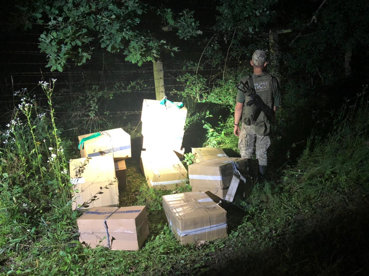 Закарпатські прикордонники знайшли поблизу пошкодженого загороджувального паркану 12 ящиків цигарок