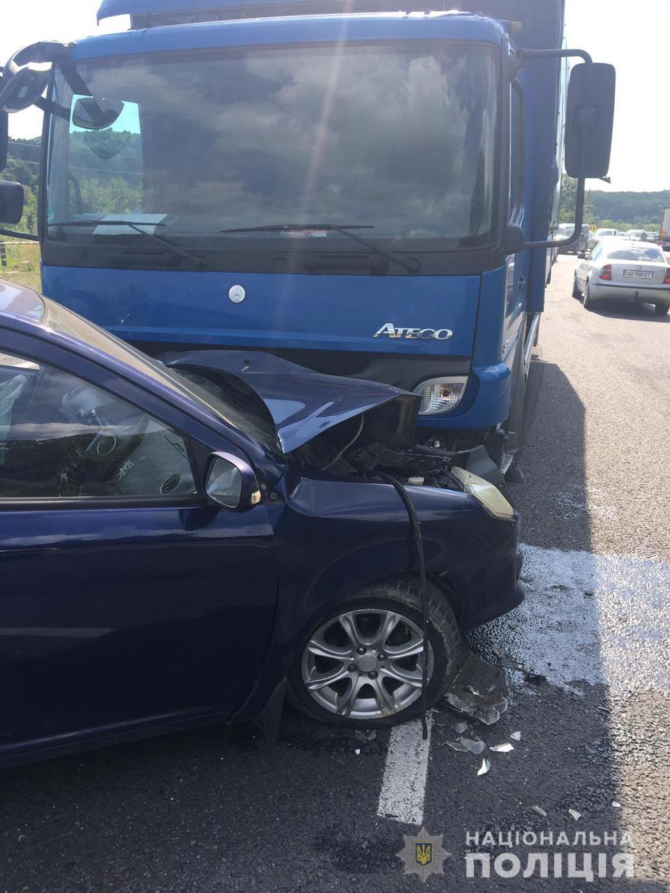 На Мукачівщині водій легковика знепритомнів за кермом і зіткнувся з вантажівкою
