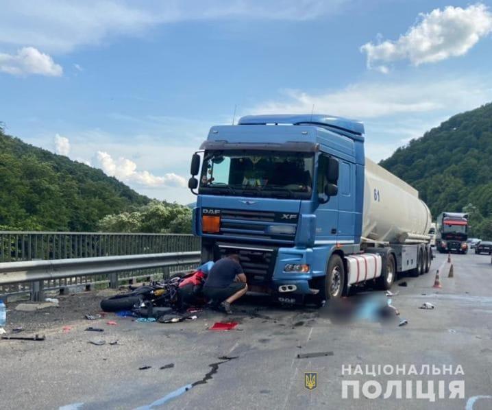 Моторошна ДТП поблизу Сваляви: мотоцикліст опинився під колесами вантажівки (ФОТО)