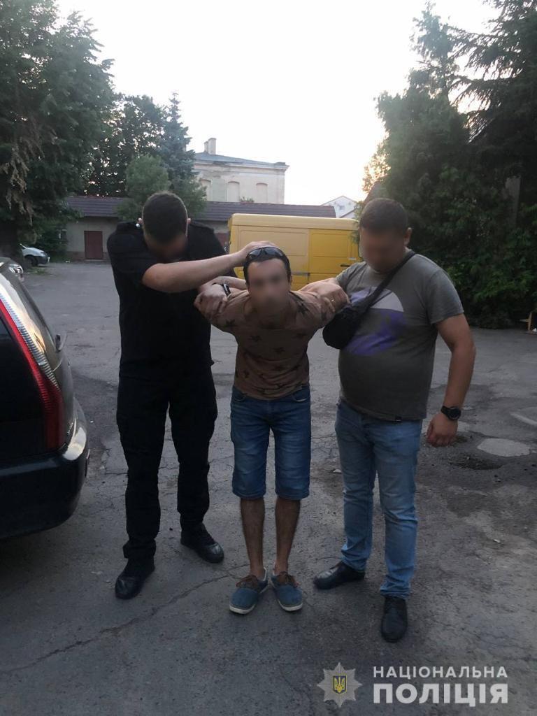 В Мукачеві ревнивий молодик порізав дівчину ножем і лишив помирати у зачиненій квартирі