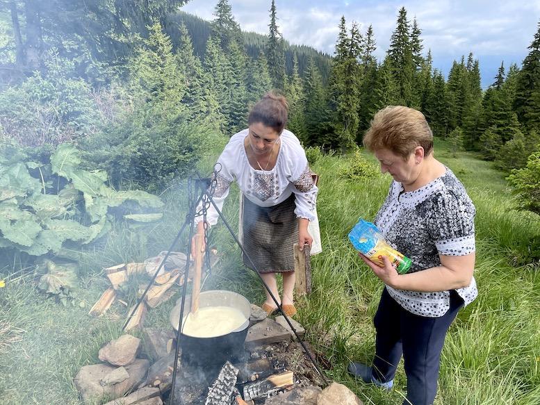 Як закарпатські гуцули готують банош на полонині Головческа (відео)