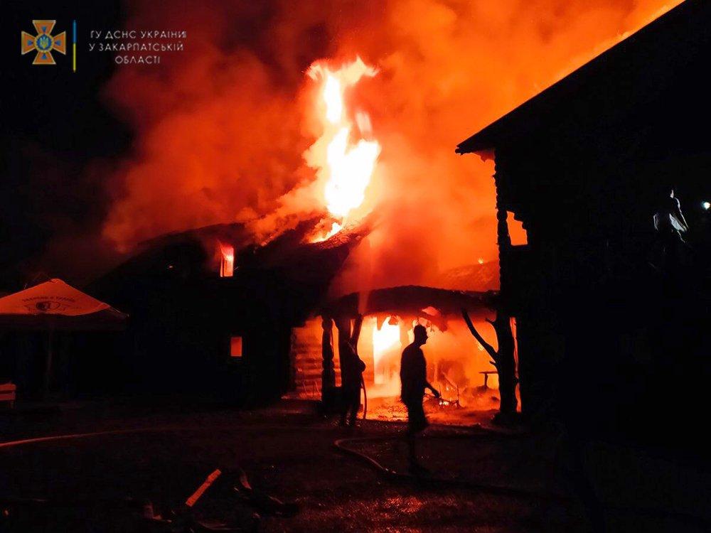 Блискавка влучила у готель на Тячівщині і спричинила пожежу