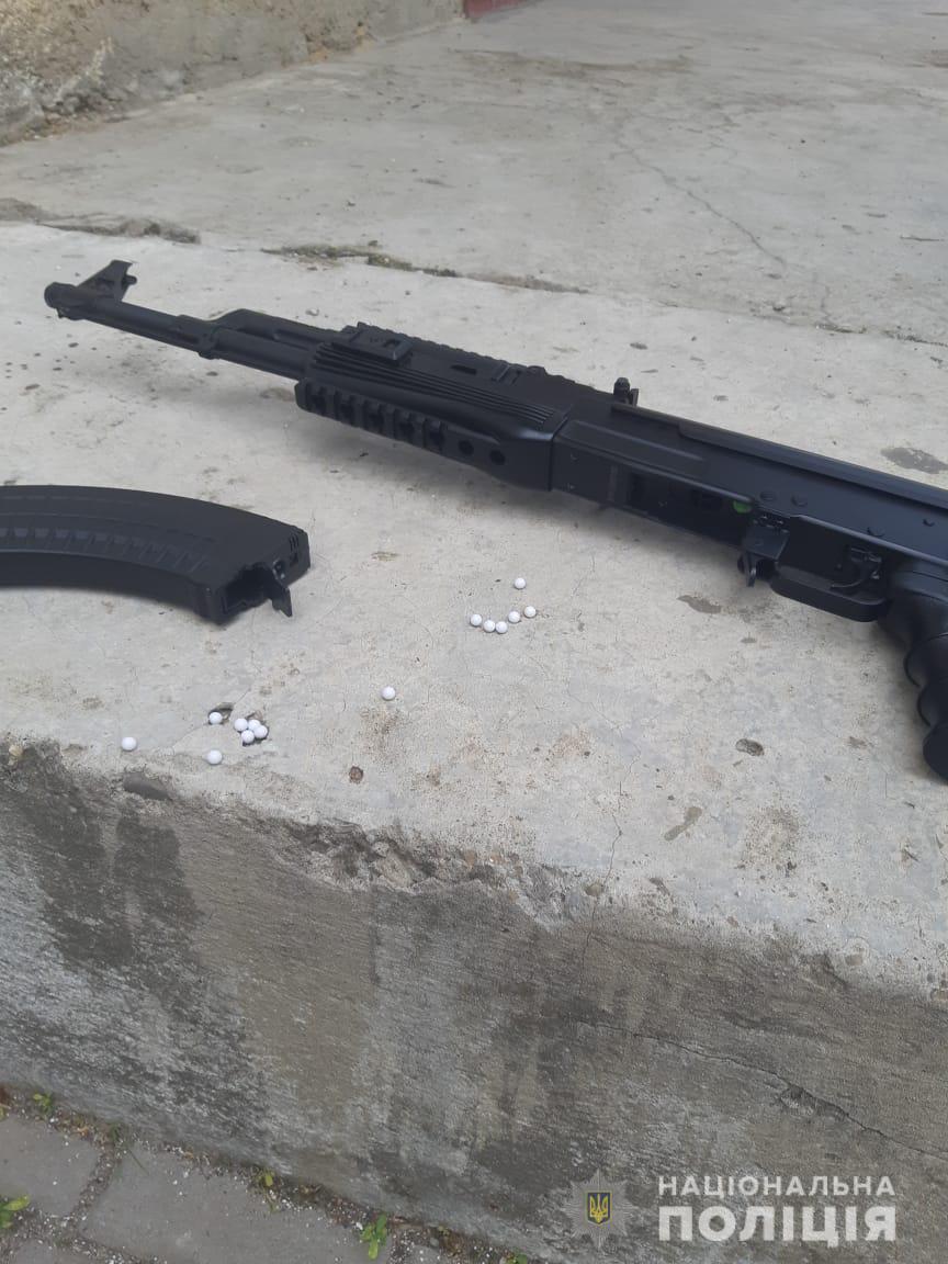 """Іршавою розгулювали """"озброєні"""" чоловіки: зброя виявилася іграшковою"""