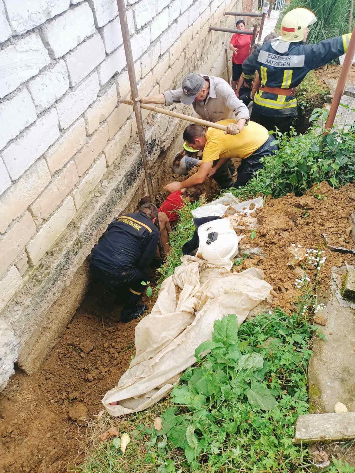 Під час робіт з укріплення фундаменту будинку в Перечині засипало землею трьох людей – одна жінка загинула