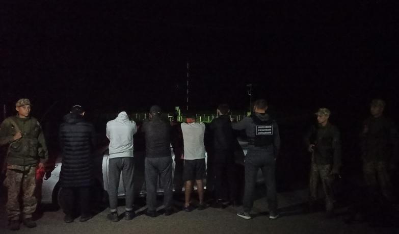 Закарпатські прикордонники зупинили легковик із групою нелегальних мігрантів